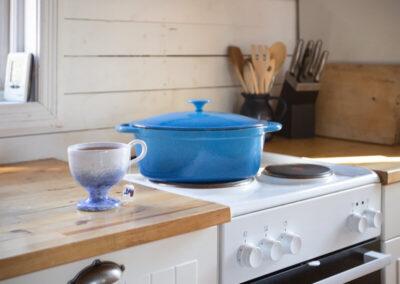 Köket i Stora stugan har spis med köksfläkt, ugn och micro