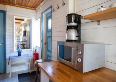Köket i stora stugan har alla bekvämligheter som kaffebryggare, vattenkokare och mikrovågsugn