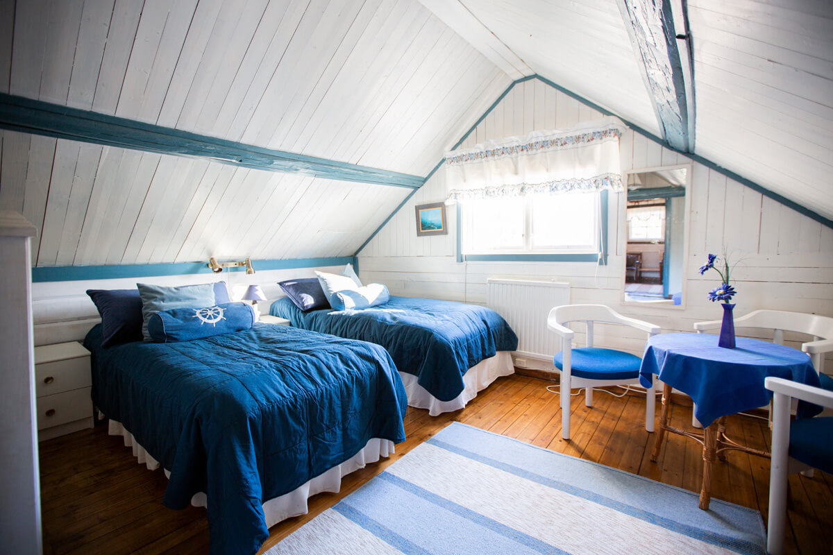 The upper floor has two bedrooms. Dubble bed or two single bed – what ever you desire