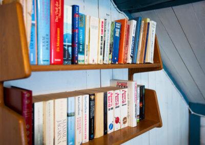 Låna en spännande bok under semestern