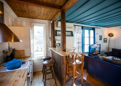 Stora stugan med öppen planlösning mellan kök och vardagsrum.