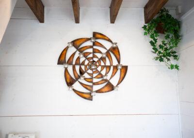 Mysig dekor på väggen över bäddsoffan i lilla stugan