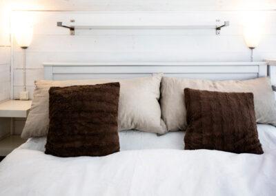 Dubbelsäng på sovloftet i lilla stugan på Rosenberg Gård