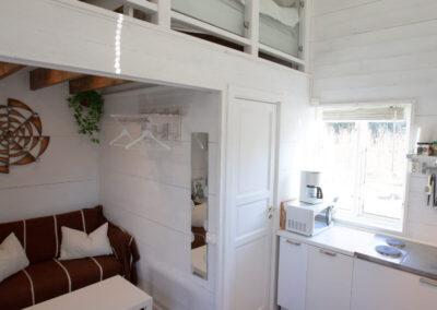 Lilla stugan med öppen planlösning mellan kök och tv-rumsdel