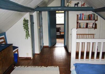Från trappen till sovrum tre på övervåningen i stora stugan