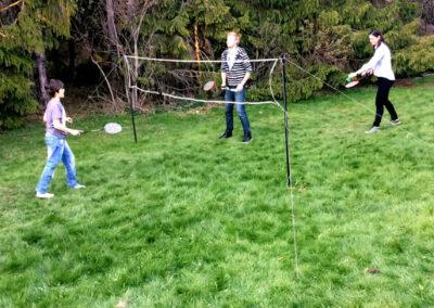 Spela badminton i vår stora trädgård. Badmintonnät och racket finns till utlåning.