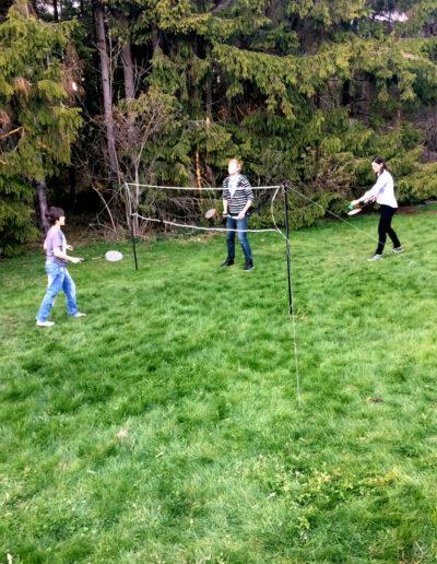 Play badminton in the garden