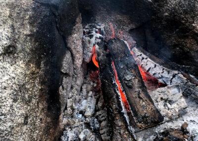 Vid raststugan intill Dragmansbosjön kan man tända en eld att värma sig vid.