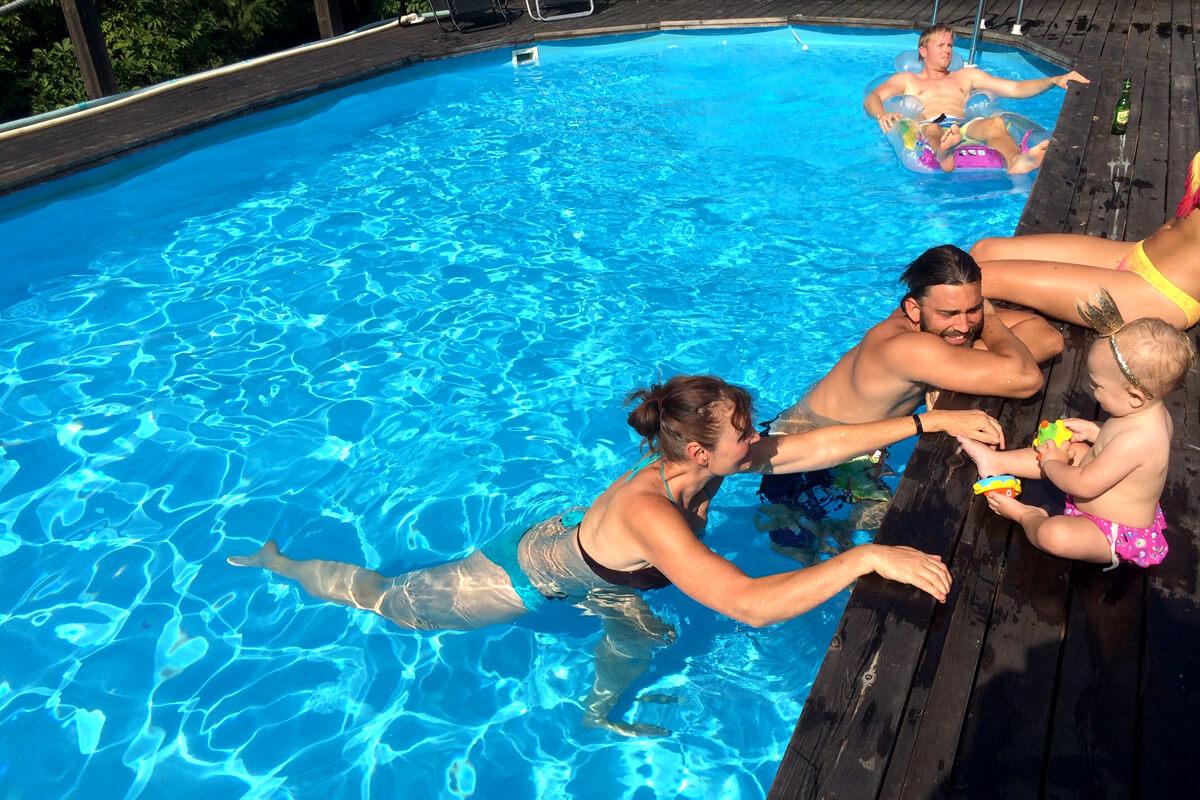 Rosenberg gård & stuga - pool with happy guests swiming around
